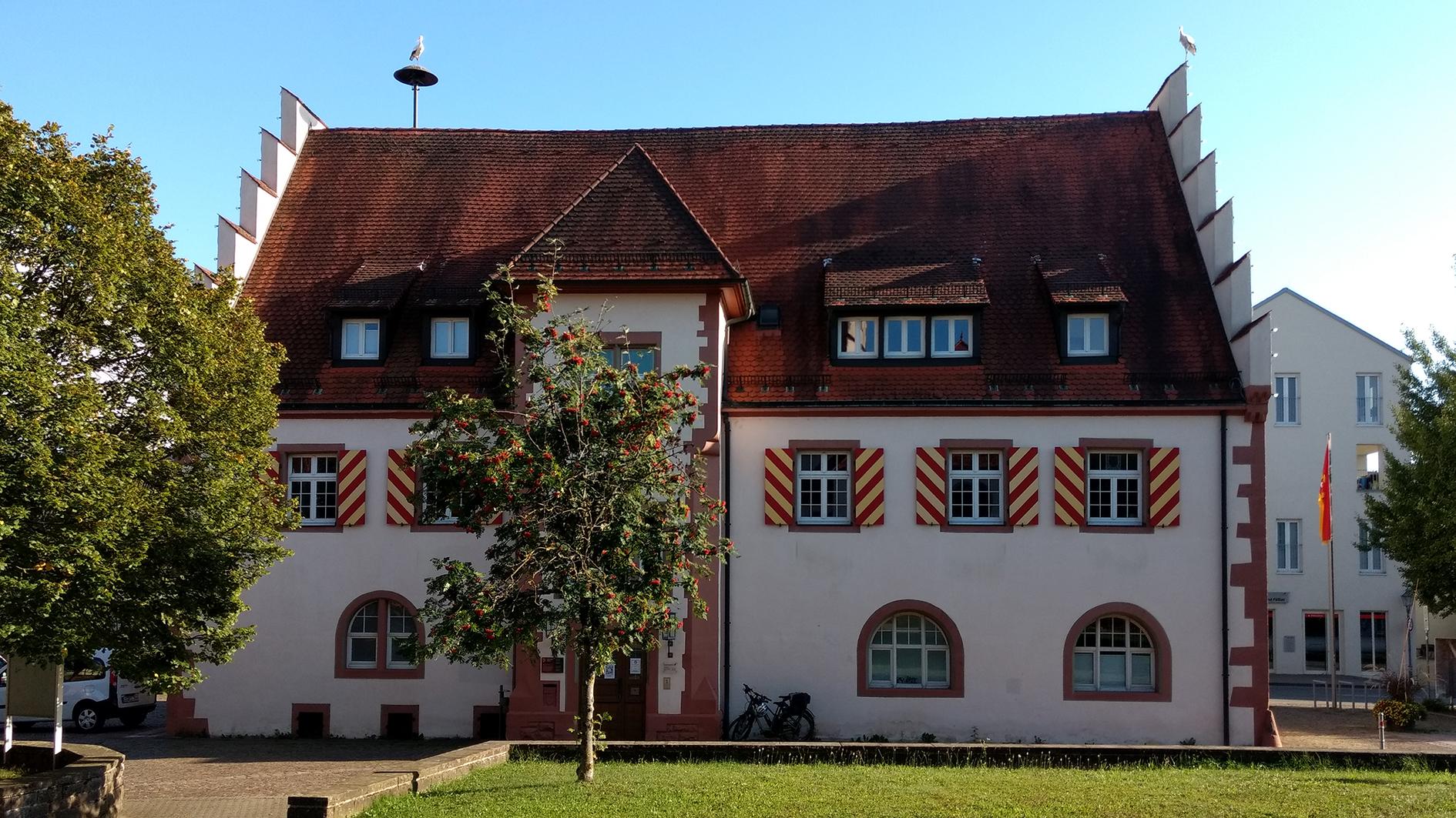 """Das Bild zeigt das Rathaus von Friesenheim - aber in der Bildunterschrift wird Rathaus statt mit """"t"""" mit """"d"""" geschrieben."""